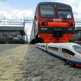 Фотография Антон: ЭД4М-1008 и Сапсан мини#эд4м #сапсан #поезд #электричка #вокзал #состав #миниатюра #хобби #демих #scale_h0 #kislyi196 #hobby #train #electrictrain #railway