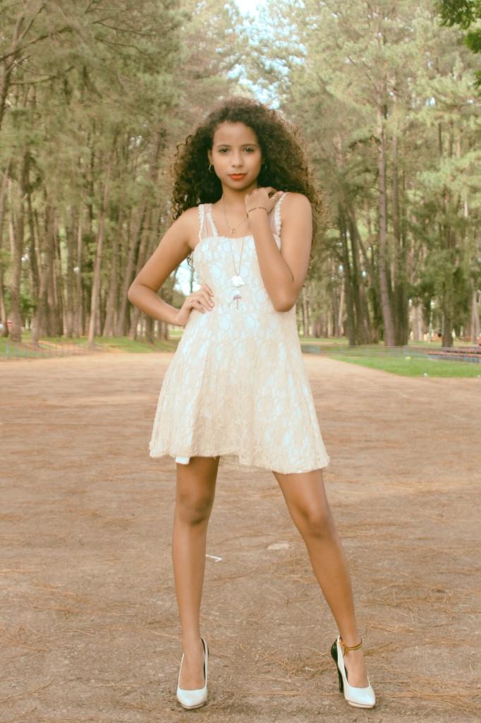 красивая девочка мулатка с длинными ногами в лесу фотография Alexander