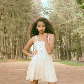 Фотография Alexander: красивая девочка мулатка с длинными ногами в лесу