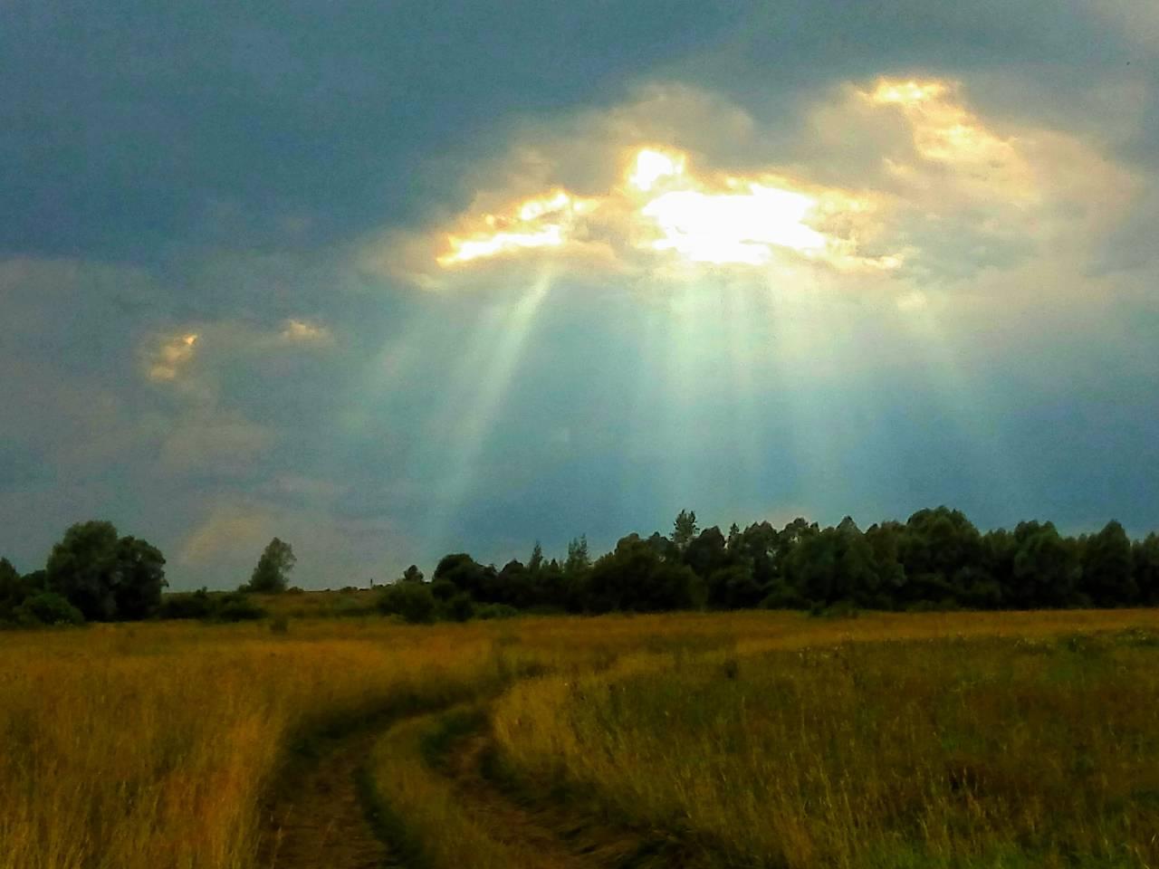лучи солнца сквозь грозовые тучи photo Sergei