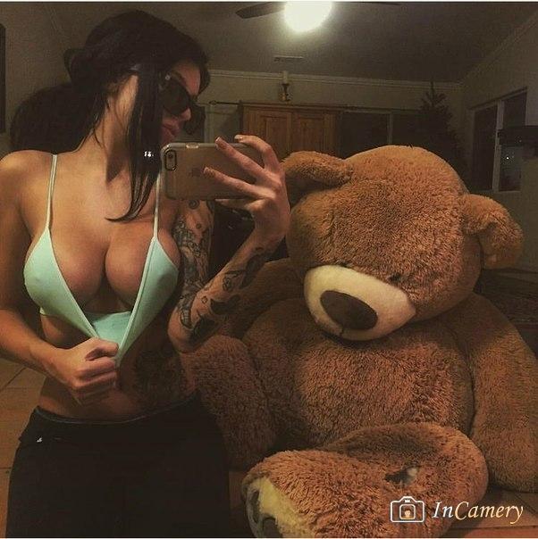 Селфи девочки с огромной грудью, которая специально задрала маечку. Медведь просто в шоке) фотография Пошлый Клуб