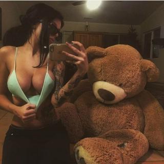 Фотография Пошлый Клуб: Селфи девочки с огромной грудью, которая специально задрала маечку. Медведь просто в шоке)