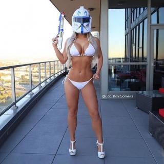 Фотография Пошлая атмосфера: Сексуальная блондинка на каблуках в одном нижнем белье и маске имперского штурмовика из звездных войн! Потрясная фигура и шикарная грудь!)