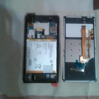 Фотография Мастер: Разобранный Sony Xperia Z C6603, после замены модуля и шлейфа с микрофоном. На крышке лежит тот самый, нерабочий шлейф из Китая.