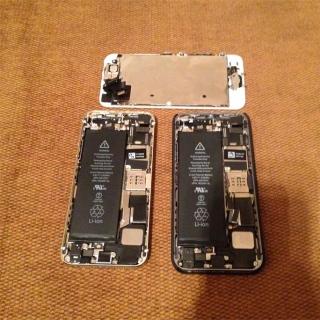 Фотография Мастер: Два разобранных Apple iPhone 5s 16GB Space Gray и Gold цветов. Так же на фото расположен целый дисплейный модуль от Apple iPhone 5s 16GB Gold.