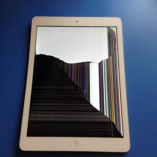 Фотография Мастер: Разбитый Apple iPad Air 16GB Wi-fi Silver. Как сказала хозяйка айпада, она его кинула об стену из-за того что он не в первый раз, сильно тупил. Самое забавное то, что внешнее стекло не треснуло и по..