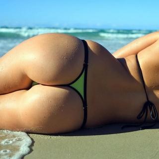Фотография Пошлый Клуб: В сексуальных тоненьких стрингах на пляже.