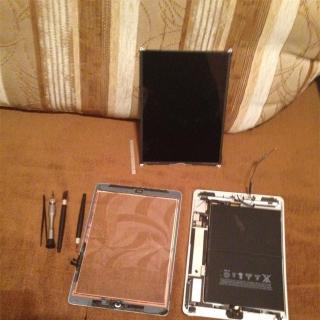 Фотография Мастер: Разбираем гнутый iPad Air, чтобы выпрямить корпус и заменить дисплей с тачскрином.