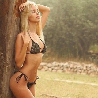 Фотография Пошлый Клуб: Обворожительная блондинка с потрясающей фигурой в одном нижнем белье черного цвета.