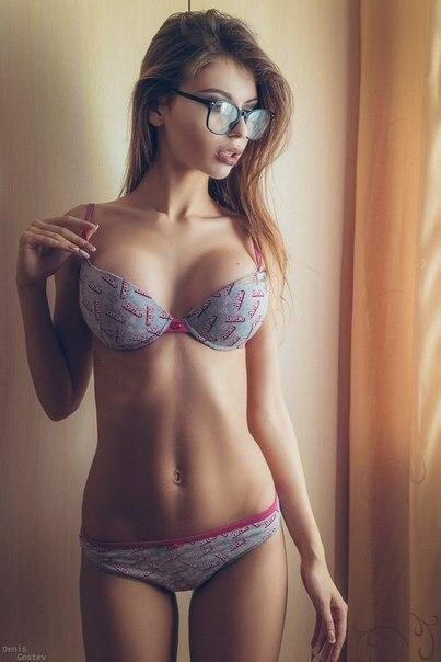 Сексуальная девушка в очках делает селфи в нижнем белье. фотография Пошлая атмосфера