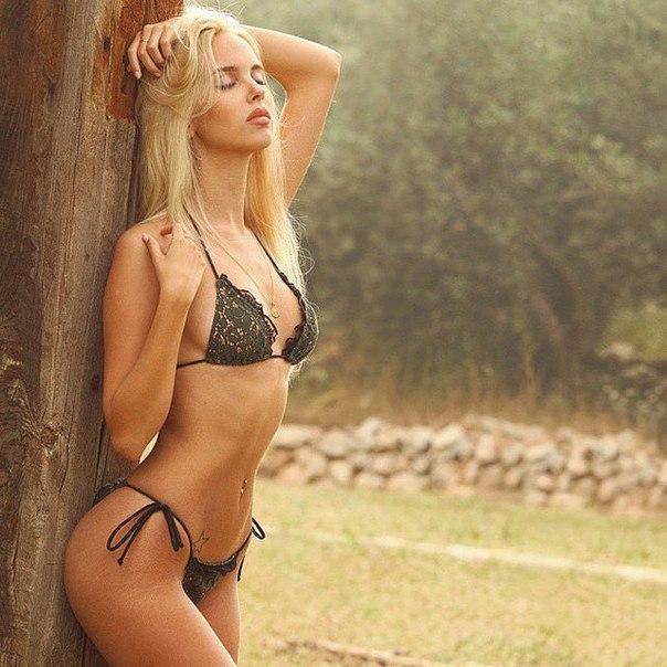 Обворожительная блондинка с потрясающей фигурой в одном нижнем белье черного цвета. фотография Пошлый Клуб