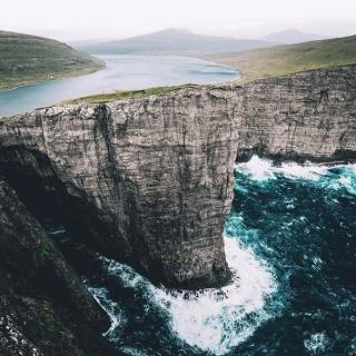 Фотография Яблочник: Сорвагсватн - озеро над океаном. #Сорвагсватн #озеро #океан #красиво #вид #пейзаж