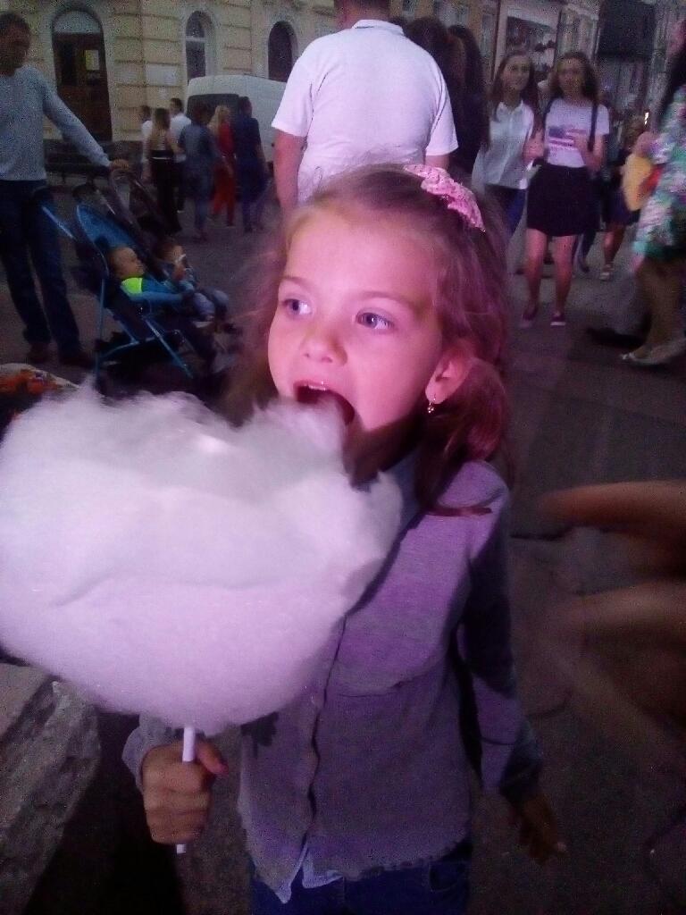 Девочка кушает сладкую вату фотография oleg