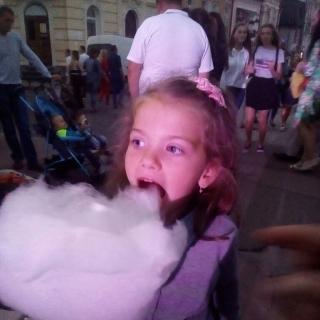 Photo oleg: Девочка кушает сладкую вату